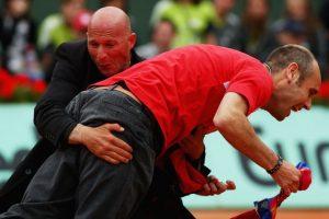 Segundos después fue detenido por la seguridad de torneo. Foto:Getty Images. Imagen Por:
