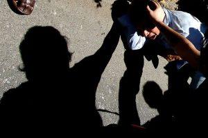 Personas golpean al asaltante, luego de que el individuo intentara robar un bolso por la ventana a un pasajero que acababa de abordar un taxi,en Av.Providencia entre las calles La Concepción y Antonio Varas, transeúntes que pasaban por el lugar detuvieron al sujeto. Foto:Agencia UNO. Imagen Por: