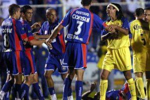 La pelea comenzó luego de que Cuauhtémoc Blanco diera un codazo a Anderson Lima Foto:AP. Imagen Por: