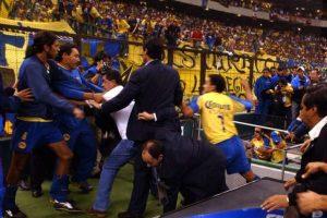 América vs. Sao Caetano: El partido de Copa Libertadores de 2004 finalizó con una tremenda bronca, en la que algunos aficionados del conjunto azteca saltaron a la cancha en busca de los jugadores brasileños. Foto:AP. Imagen Por: