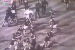 Luego de que los jugadores de ambos equipos se trenzaran en un pelea de patadas, puñetazos y carreras ¿El saldo? El encuentro terminó 2-2 y el árbitro expulsó a 19 futbolistas. Foto:Youtube: fideoboca. Imagen Por:
