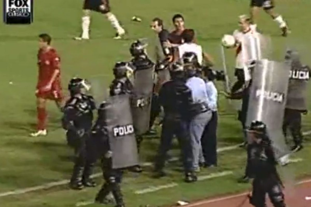 El partidos es recordado por una gresca que comenzó el DT de los colombianos, Fernando Castro, y el futbolista de River, Darío Husaín. Foto:Youtube: Bestiario. Imagen Por: