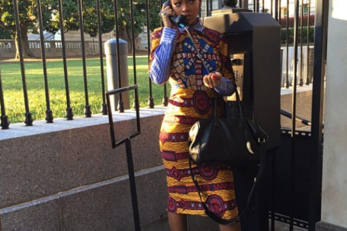 La cantante jugando en un teléfono público Foto:Instagram/Badgalriri. Imagen Por: