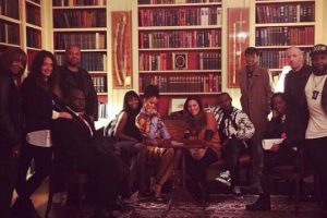 Rihanna y sus acompañantes en una sala de la Casa Blanca Foto:Instagram/Badgalriri. Imagen Por: