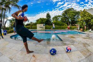 También se ha divertido lanzando balones a sus amigos, mientras corren en la alberca Foto:Facebook: Ronaldinho Gaucho. Imagen Por: