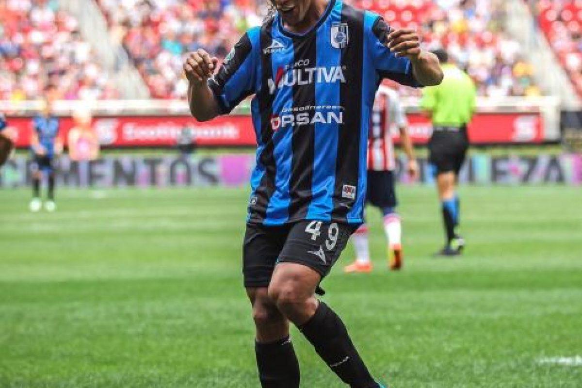 Así festeja sus goles con los Gallos Blancos Foto:Facebook: Ronaldinho Gaucho. Imagen Por: