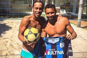 Anderson Águia es su compañero en el futvóley Foto:Facebook: Ronaldinho Gaucho. Imagen Por: