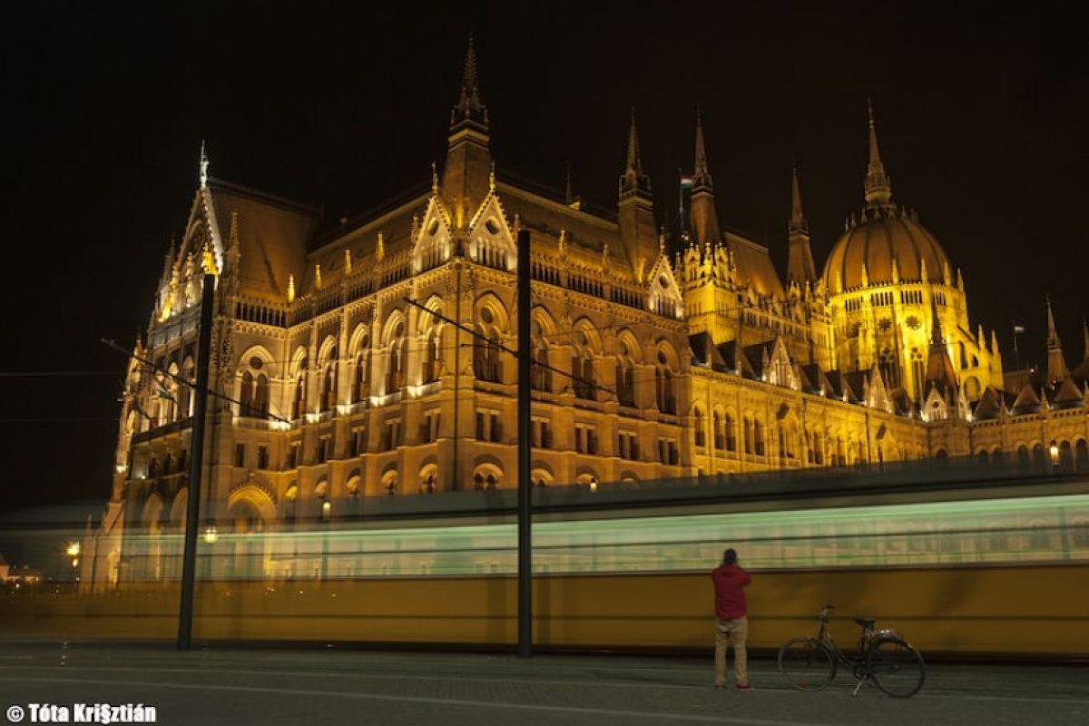 """It's A Kind of Magical Mystery Tour In Budapest(Kossuth Square, Budapest, Hungary)"". Krisztián Tóta.. Imagen Por:"