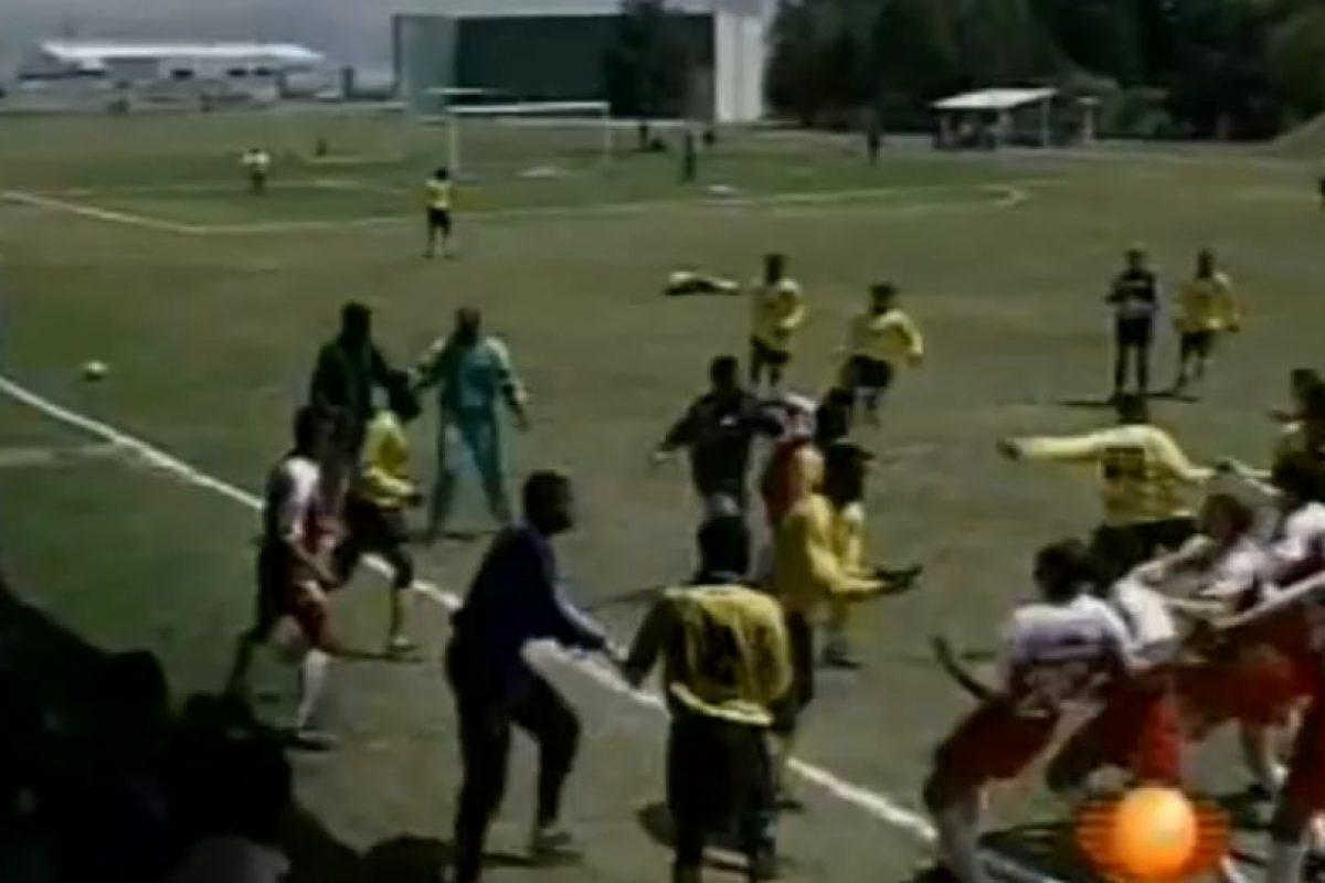 El partido subió poco a poco de intensidad, hasta que una entrada de un caribeño sobre Juan Arangio detonó la gresca. Foto:Youtube: Televisa Deportes. Imagen Por: