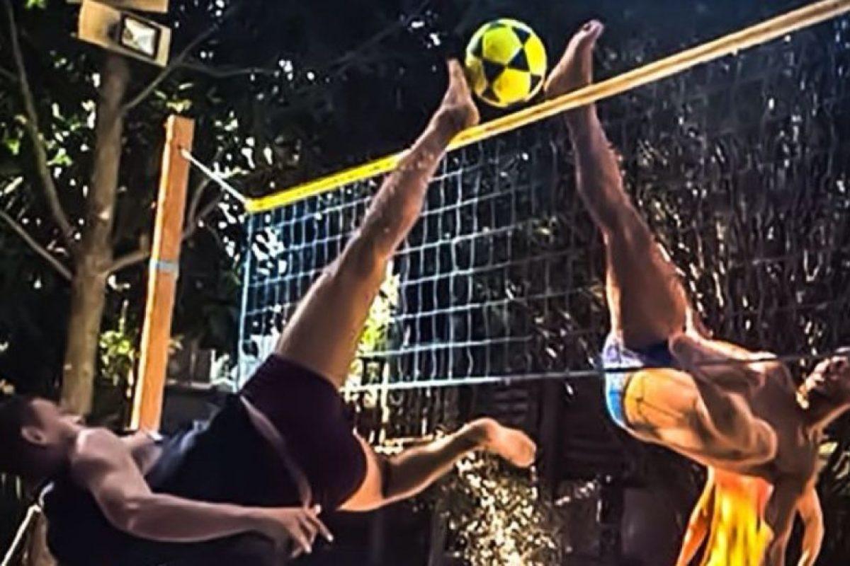 Antes ya había mostrado sus habilidades en el futvóley Foto:Facebook: Ronaldinho Gaucho. Imagen Por: