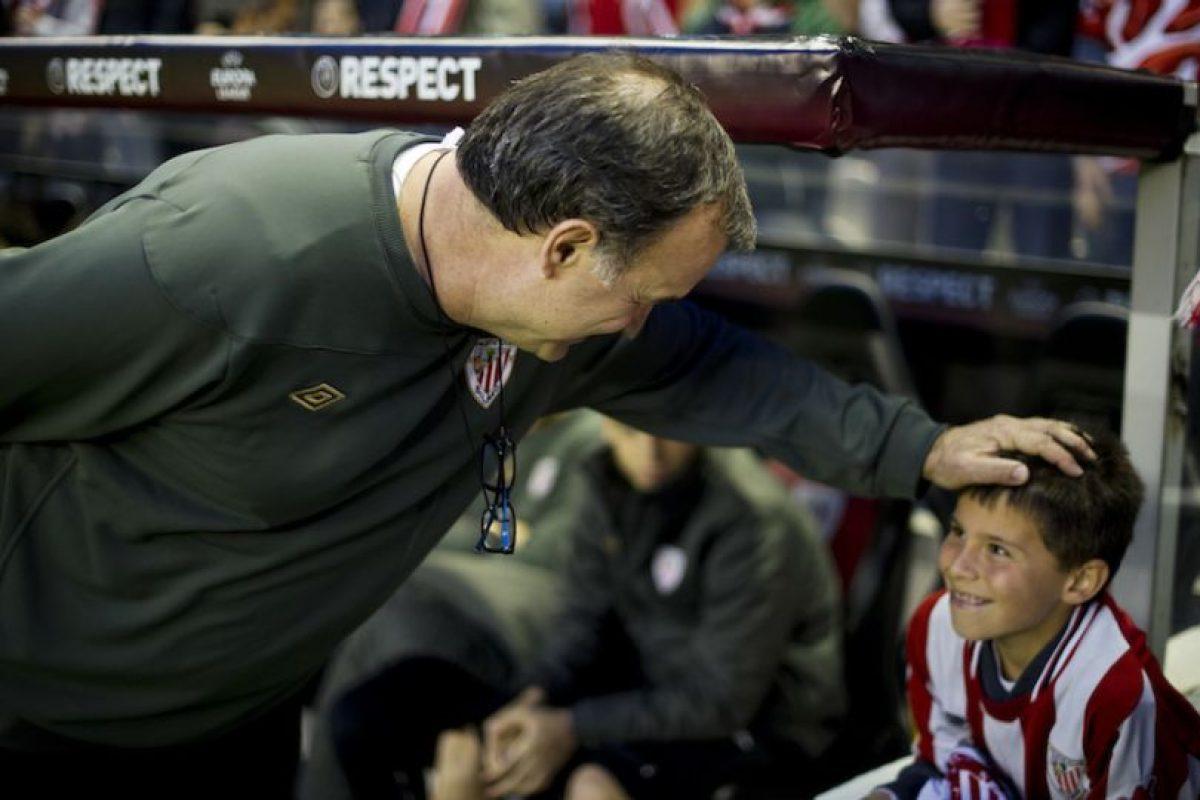 Marcelo Bielsa con un pequeño hincha del Athletic de Bilbao durante un juego de la UEFA Europa League en 2012. Foto:Getty Images. Imagen Por: