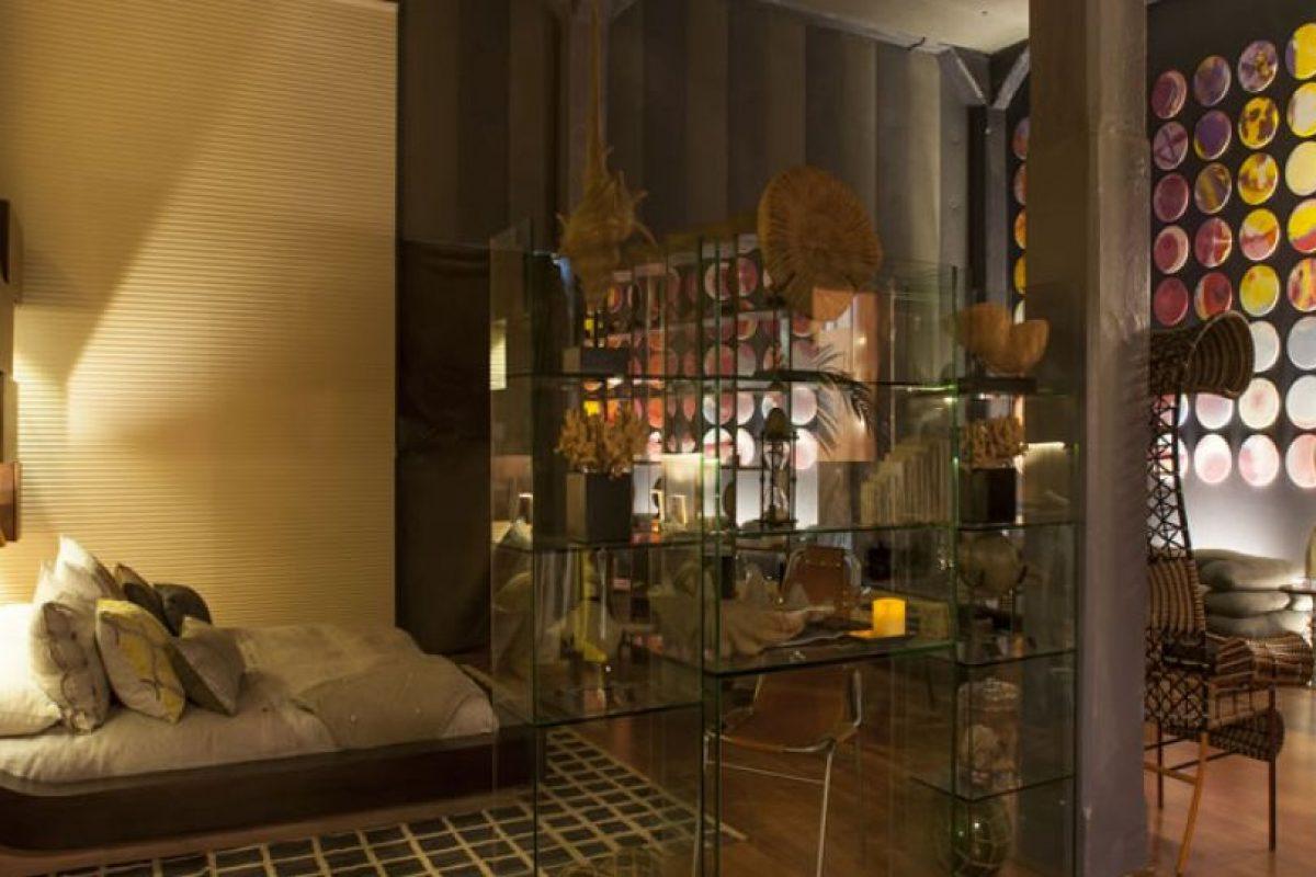 """Consuelo Lavin – """"Desde adentro"""". Es un loft que no sigue las tendencias, es un espacio único y moderno. La propuesta habla del yo, del ser individual, propio, especial, con gustos y habitares singulares. Sin marcar tendencias nimodas, simplemente encontramos una real interpretación con devoción. Se utilizan vidrios, espejos, madera, telas, de esta última está compuesta el cielo y un muro. Iluminación y mucho arte, además de música. Foto:CasaCor. Imagen Por:"""