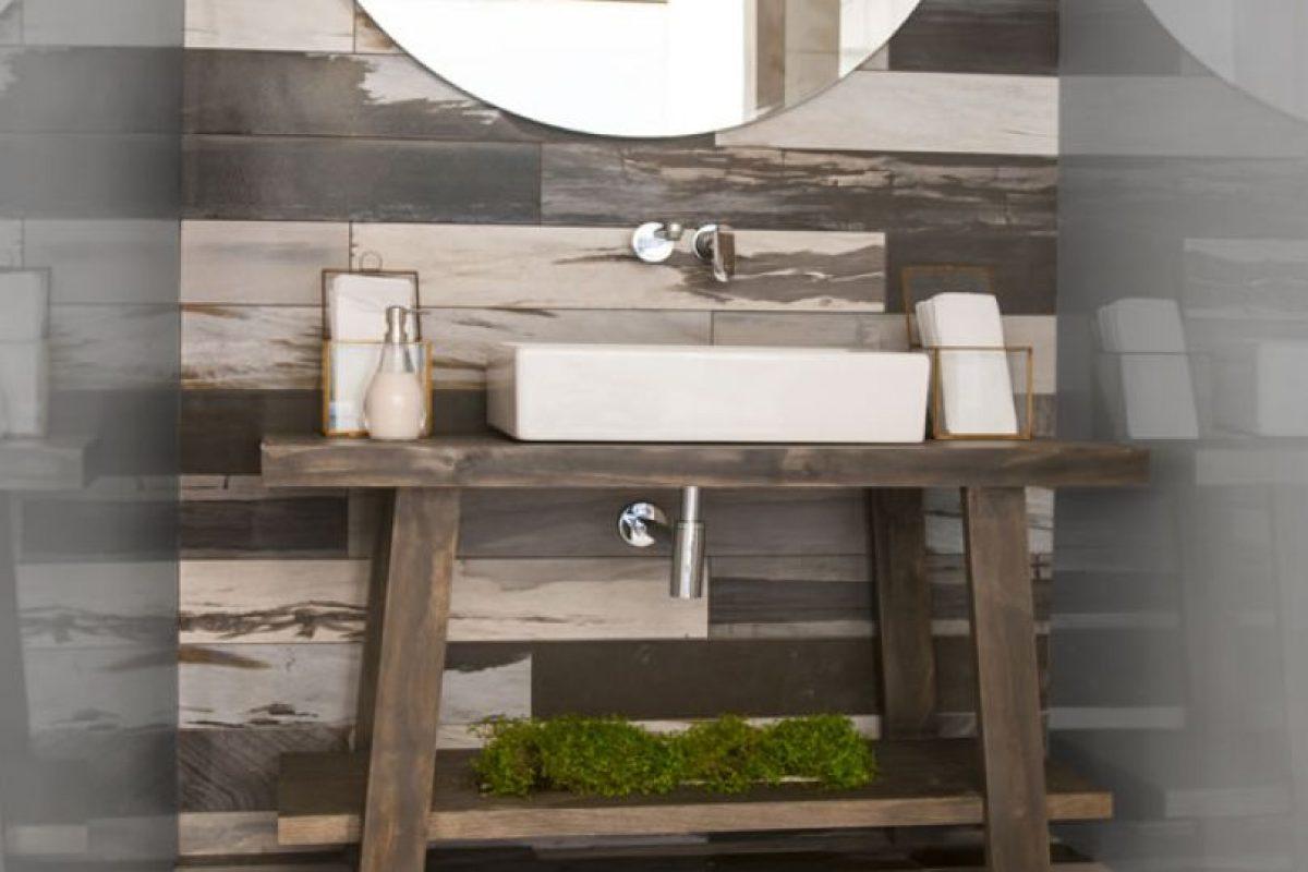 """Katherine Rahal (Easy) – """"The Bath by Atika"""". Los baños son una nueva forma de vivir el estilo: Vanguardista, elegante y de uso común inspirado en el amarillo del Acqua di Parma, la bella Italia. El piso de porcelanato italiano de Colli, griferías a muro de Grohe y artefactos de Villeroy&Boch nos envuelven enla pureza delíneas, lujo y sofisticación. La vanguardia está puesta en losmuros con los espejos satinados, propuestaúnica enChile. El color aplicado en las puertas estratégicamente ocultas produce un efecto """"voyeur"""" al pasar junto al impacto de la Madonna de Boticelli en su frontis. Foto:CasaCor. Imagen Por:"""