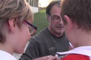 Bielsa firmaba las camisetas de los niños. Foto:vía YouTube. Imagen Por: