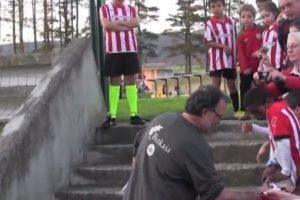 En 2011, cada que llegaba a los entrenamientos del Athletic de Bilbao saludaba a los niños. Foto:vía YouTube. Imagen Por: