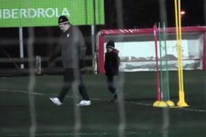 El pequeño imitaba sus gestos y movimientos dentro del terreno de juego. Foto:vía YouTube. Imagen Por: