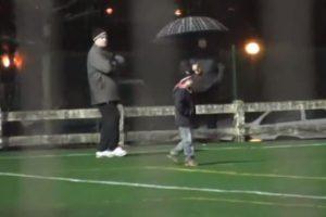 También en 2012, Bielsa invitó a un niño al entrenamiento del Athletic de Bilbao. Foto:vía YouTube. Imagen Por: