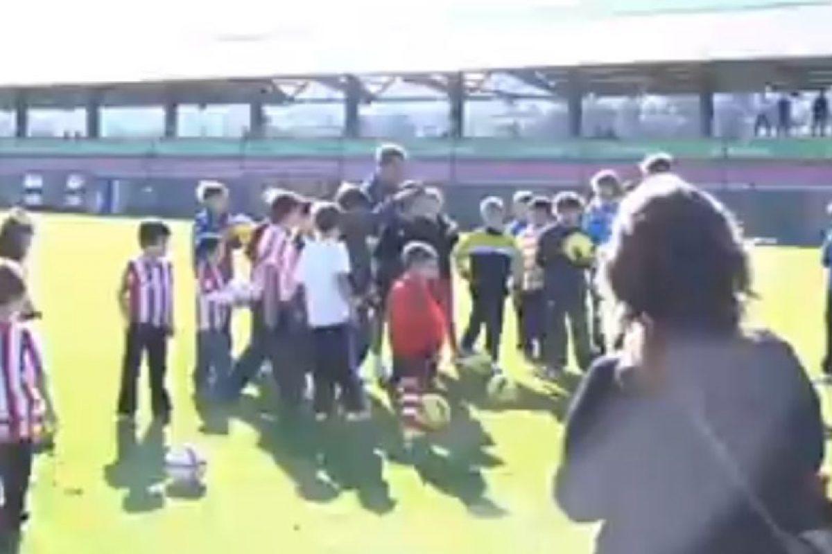 En 2011, Marcelo Bielsa convivió con unos niños de Lezama, Argentina. Foto:vía YouTube. Imagen Por: