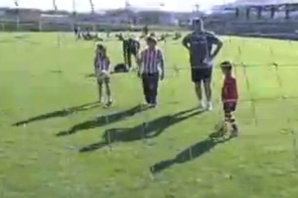 Bielsa les enseñó a patear el balón y convivió con ellos. Foto:vía YouTube. Imagen Por: