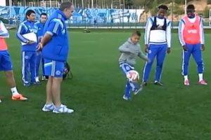 El pequeño de ocho años dominó el balón y sus ídolos le aplaudieron. Foto:vía YouTube. Imagen Por: