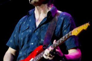 Tiene un parecido con Mark Knopfler, fundador de la banda Dire Straits Foto:Getty. Imagen Por: