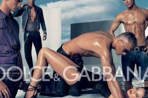 Dolce & Gabbana sacó esta campaña en 2007. La gente se quejó por apología a la violencia de género Foto:Dolce & Gabbana. Imagen Por: