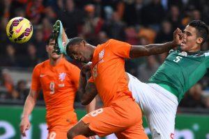 El holandés Georginio Wijnaldum y el mexicano Diego Reyes pelean la pelota, en un partido amistoso, celebrado en Ámsterdam Foto:AFP. Imagen Por: