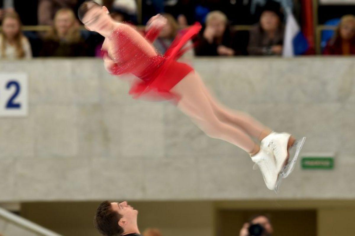 Haven Denney gira en el aire, durante su presentación con Brandon Franzier, en el Gran Premio de Patinaje Artístico de Mocú Foto:AFP. Imagen Por: