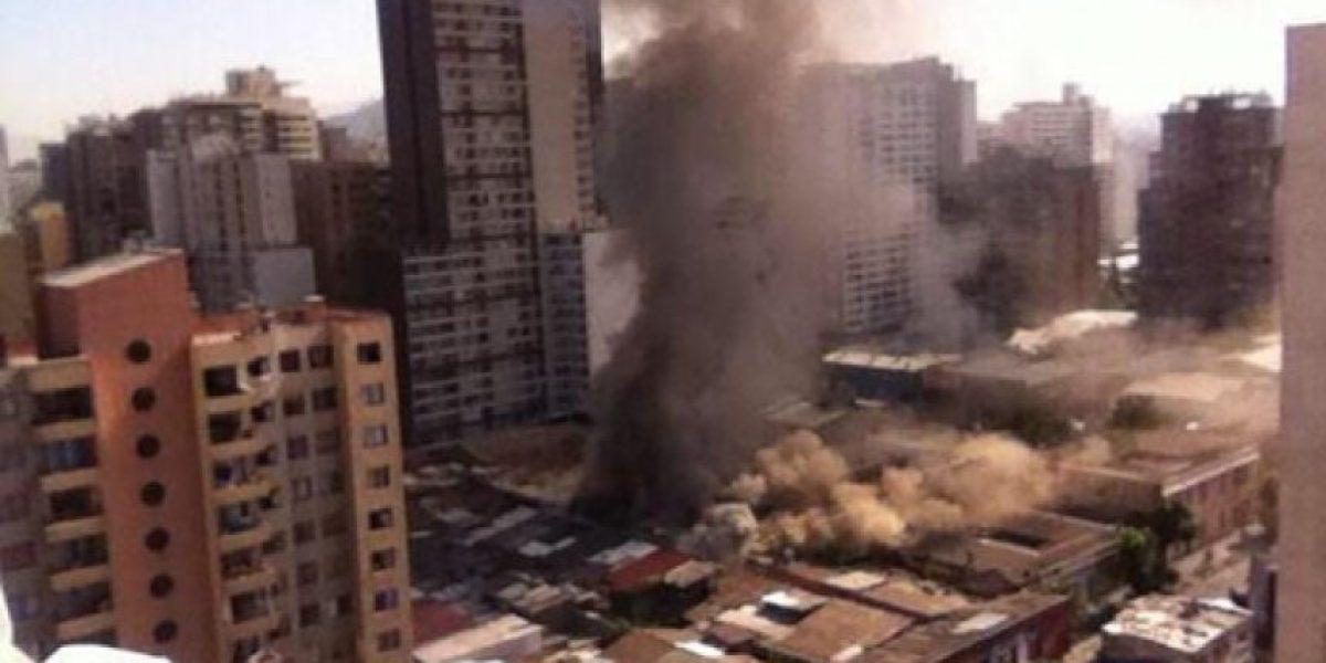 Fuerte incendio afecta inmueble en Santiago Centro y las llamas se propagan