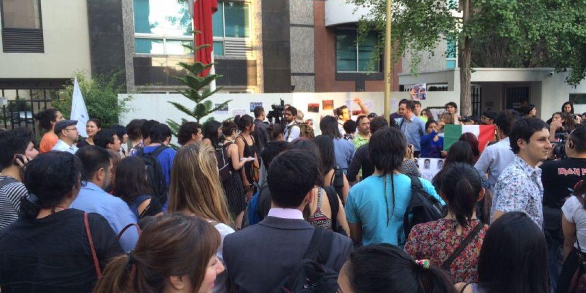 FEUC y FECH realizan velatón frente a embajada de México por estudiantes asesinados