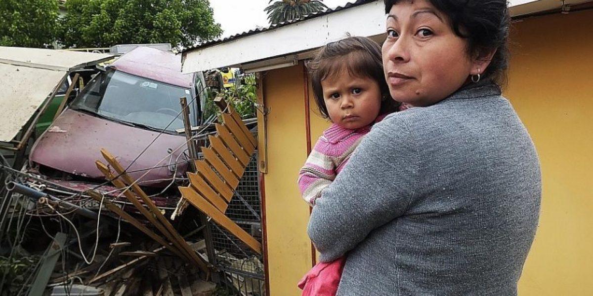 (FOTOS) En Quilpué, una familia despertó con un auto incrustado en su casa