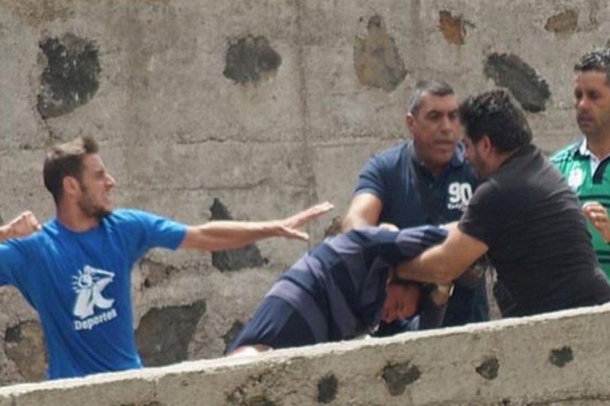 En septiembre del año pasado, en el duelo del Marino y Tenerife B de la tercera división de España se armó una gresca, luego de que un aficionado insultara a la familia de un futbolista. Foto:Twitter: @marca. Imagen Por: