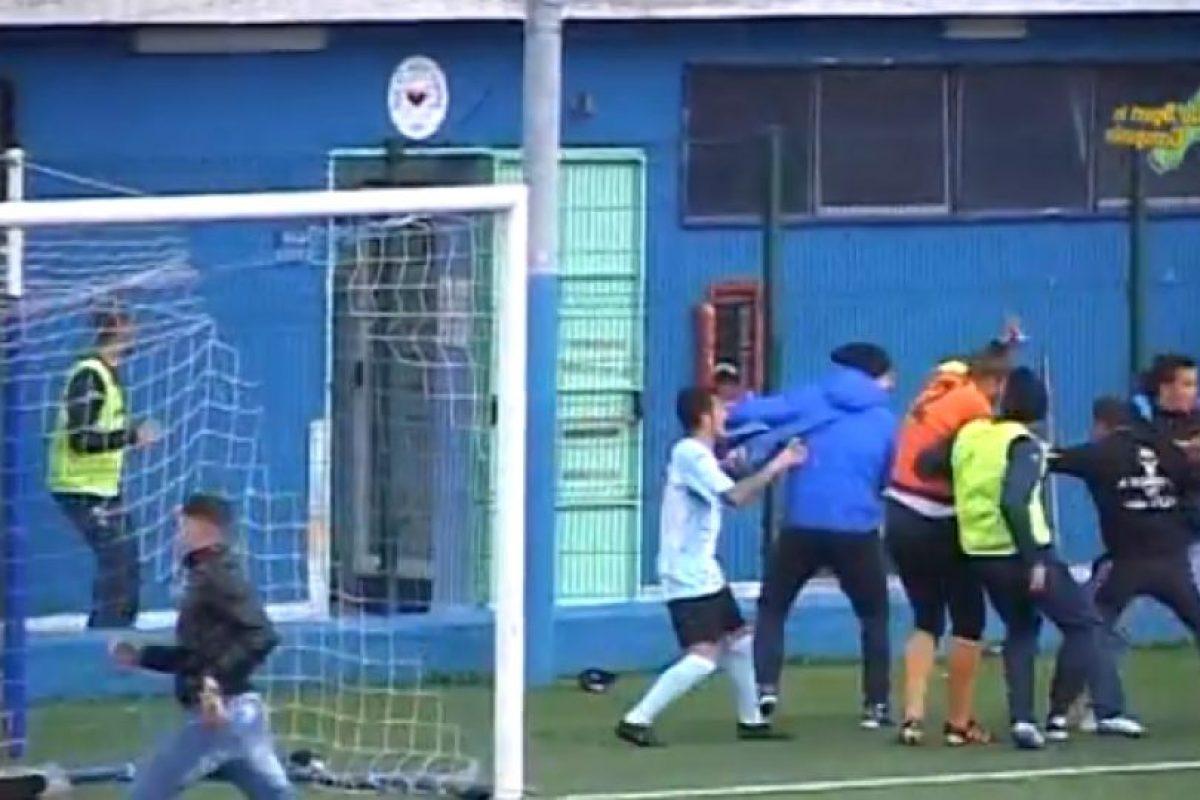 En marzo pasado, hinchas invadieron la cancha y se armó una tremenda pelea campal entre futbolistas y aficionados Foto:Youtube: Televomero Sport. Imagen Por: