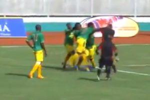 Evitando que el colegiado sacara la tarjeta roja a un compañero, Stephano Mwasika golpeó en la cara al árbitro. Foto:vía YouTube. Imagen Por: