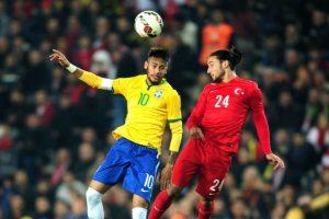 Neymar y Tarik Camdal disputan el balón, durante el amistoso entre Brasil y Turquía Foto:AFP. Imagen Por: