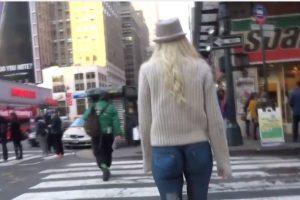 """Los chicos de """"Model Pranksters"""" pintaron a una modelo en Nueva York y la pusieron a desfilar sin nada encima. Foto:Model Pranksters/Youtube. Imagen Por:"""