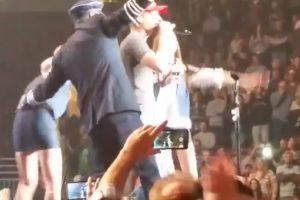 Fanática vomitó en el escenario mientras cantaba con Dierks Betley Foto:YouTube. Imagen Por: