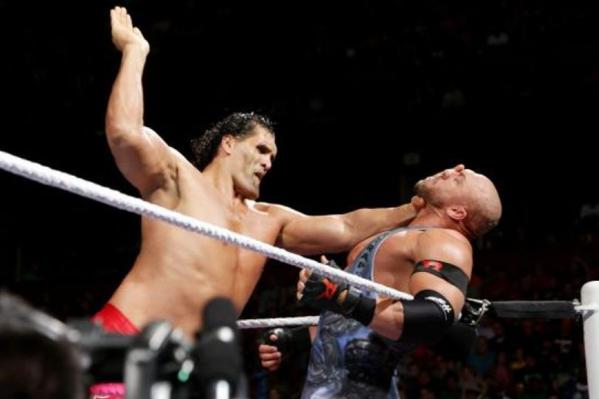 Pesa 157 kilogramos Foto:WWE. Imagen Por: