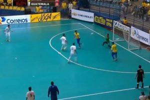 Recibió el balón de espaldas y con un taconazo asistió a su compañero Foto:Youtube: Footy-Goals.Com. Imagen Por: