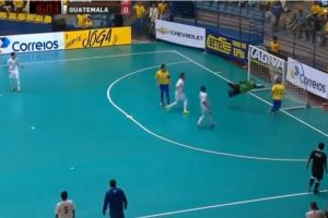 La jugada terminó en gol Foto:Youtube: Footy-Goals.Com. Imagen Por: