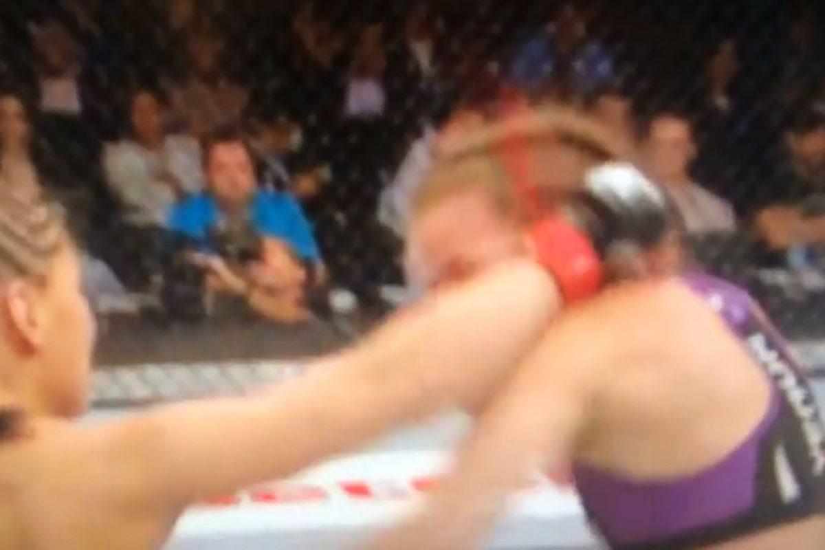 Jessica Eye le conectó un poderoso derechazo a Leslie Smith Foto:Youtube: Ed Marchese. Imagen Por: