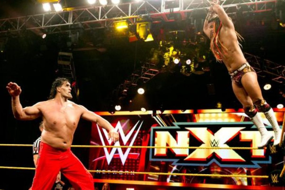 Mide 2.16 metros (7 pies con una pulgada) Foto:WWE. Imagen Por: