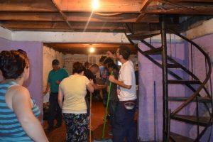Los voluntarios trabajando en la casa. Foto:Reprodución. Imagen Por: