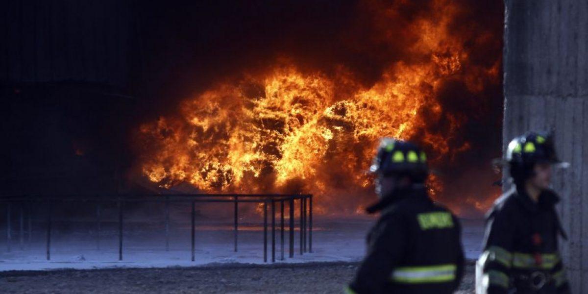 Incendio afecta a empresa de productos químicos en Quilicura