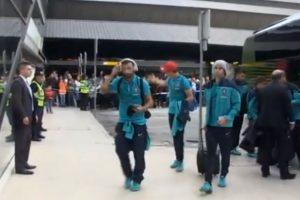 A la llegada de la Selección de Portugal al Aeropuerto de Manchester, CR7 le habló al pequeño Foto:Youtube: As.com. Imagen Por: