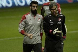 Volkan Demirel se fue del estadio de Estambul. Foto:Twitter. Imagen Por: