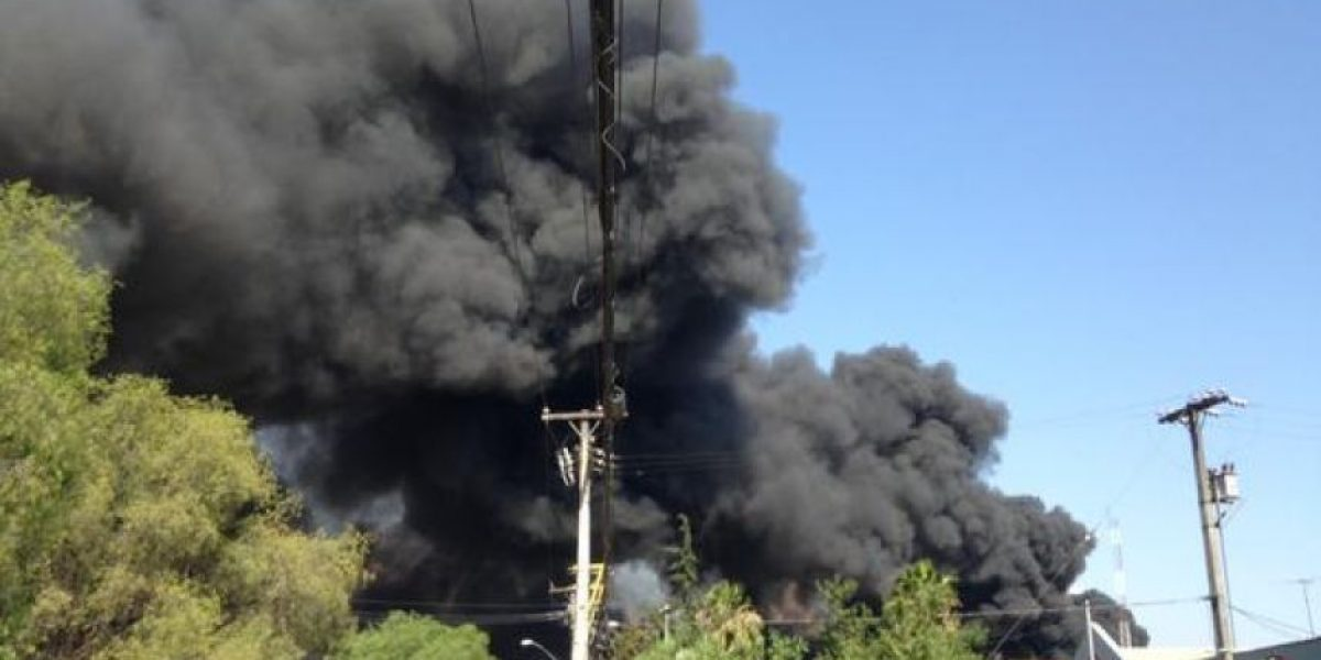 Controlan gigantesco incendio en planta química de Quilicura