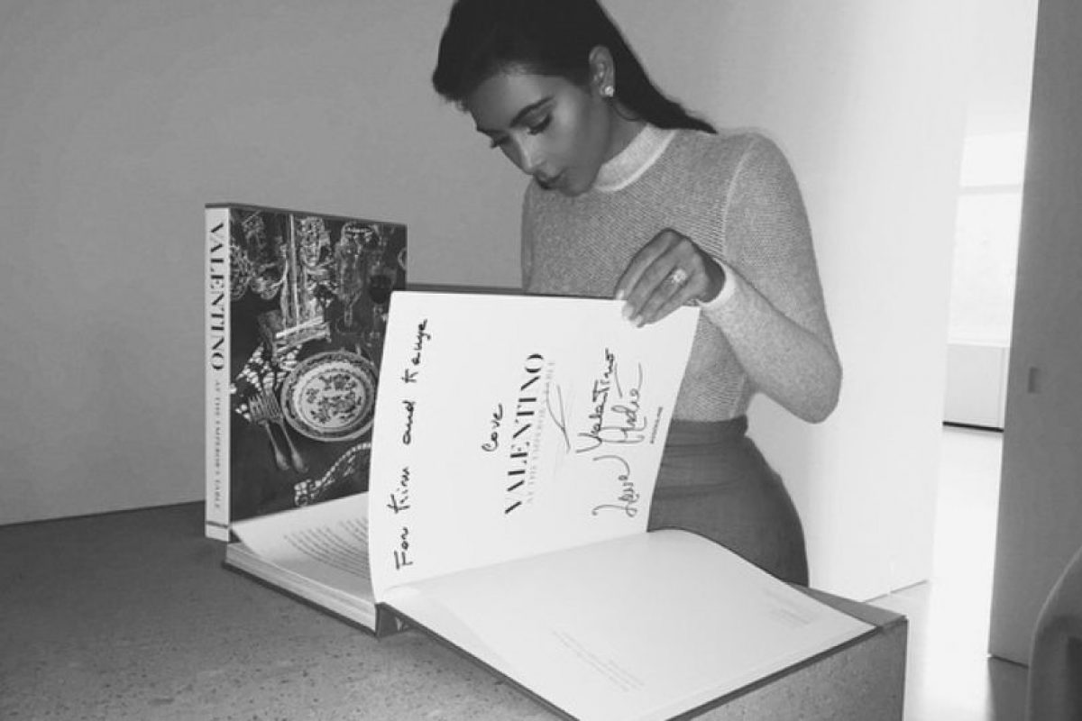 Valentino no dedica libros todos los días. Foto:Instagram/Kim Kardashian. Imagen Por: