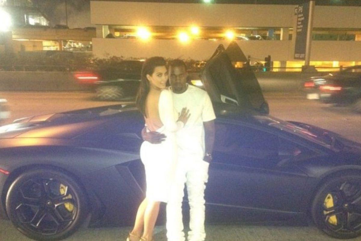 O frente a un auto de lujo. Foto:Instagram/Kim Kardashian. Imagen Por: