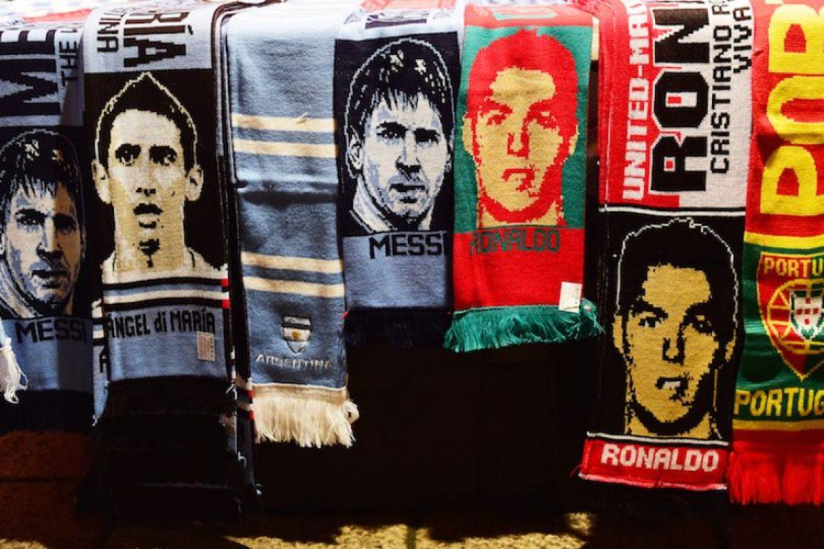 Bufandas de Messi y Cristiano Ronaldo. Foto:AFP. Imagen Por: